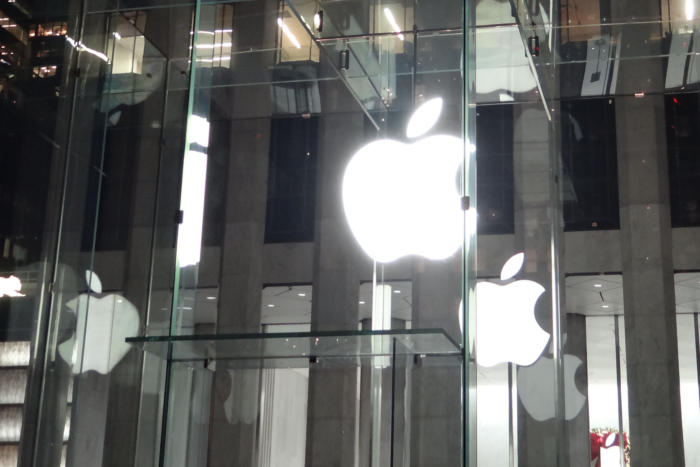 An illuminated Apple logo hangs at the entrance to an Apple Store in New York on December 14, 2016. Foto: Agam Shah