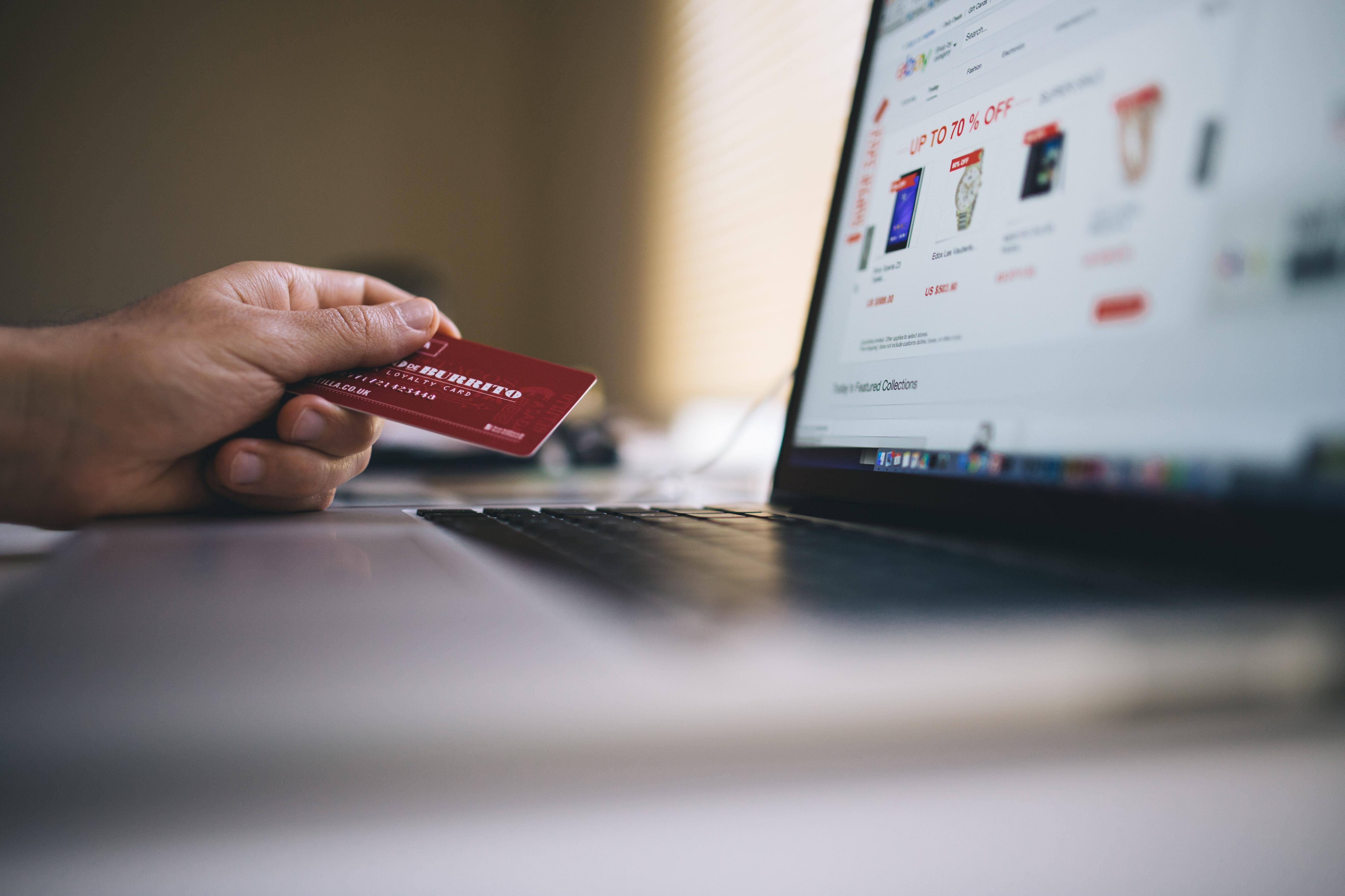793918696 Este comportamento é identicamente transversal às várias gerações e os  artigos que mais compram provêm de lojas de roupa/calçado/acessórios, com  mais de 21% ...