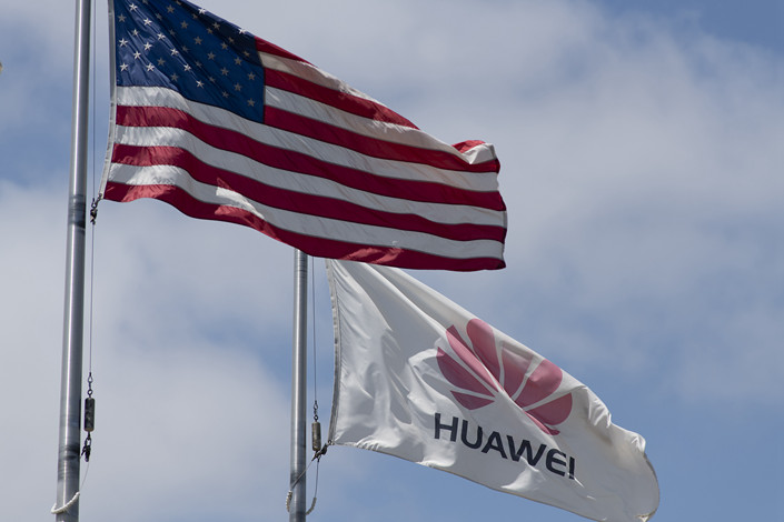 """A China acusou os Estados Unidos de quererem, """"por todos os meios"""", impedir a gigante chinês das telecomunicações Huawei de implementar a tecnologia 5G no Brasil, após um aviso da administração Trump a este país."""